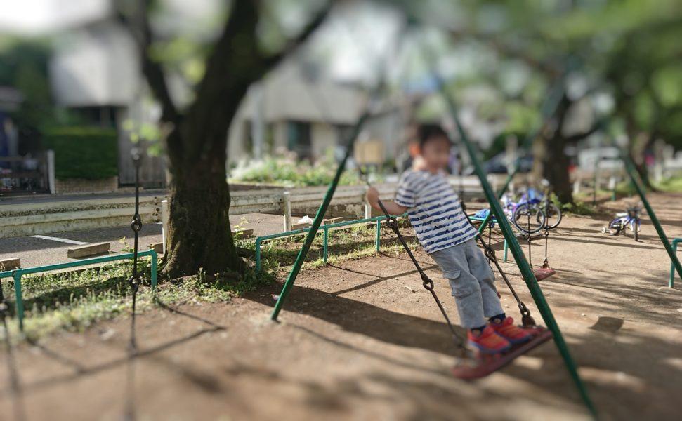 ブランコで遊ぶ3歳児