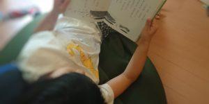 低学年おすすめの本を読んでいる2年生
