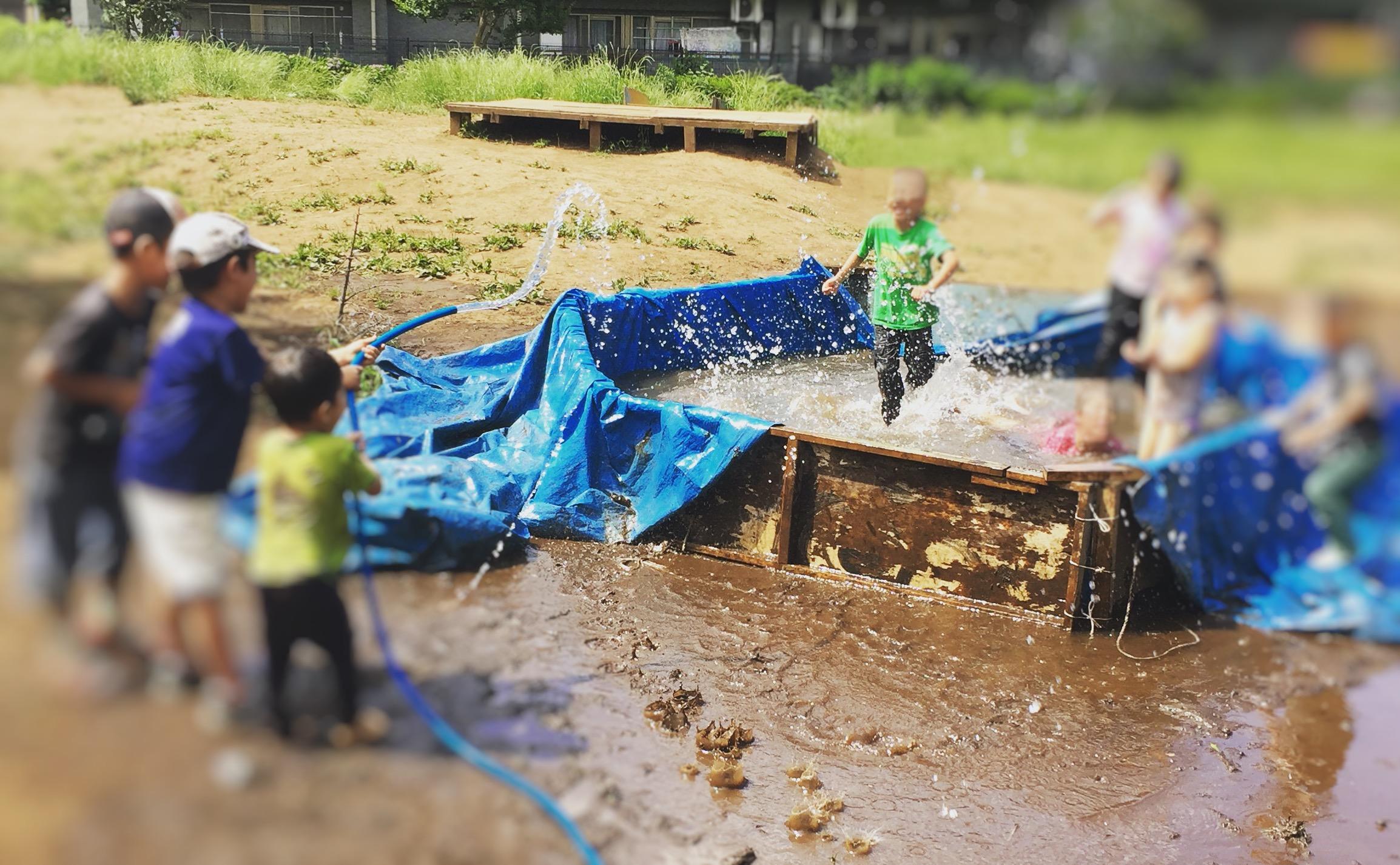 烏山プレーパークで水遊びをしているところ