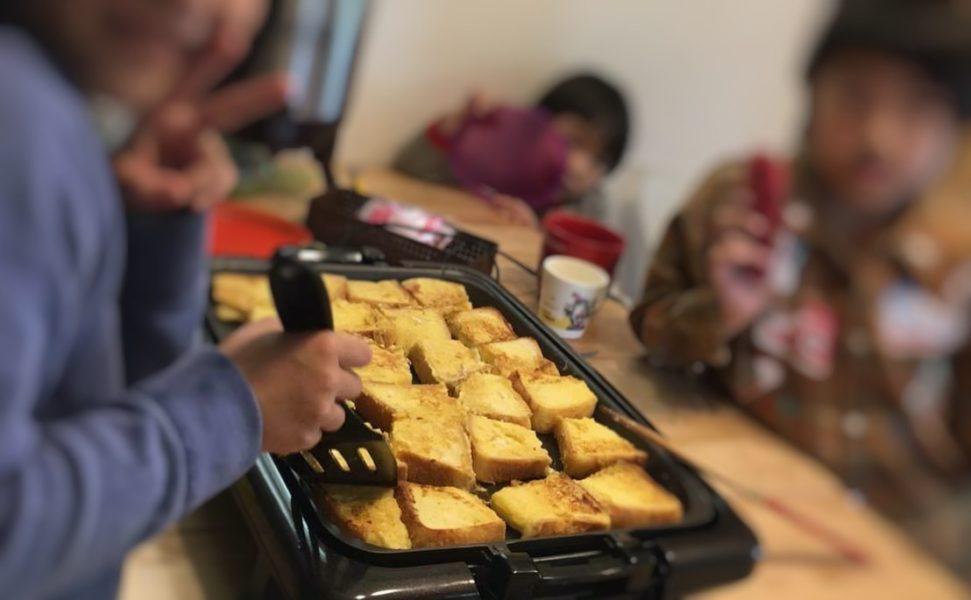 ホットプレートで子供がフレンチトーストを作っている様子