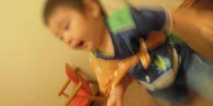 一升餅を背負って歩く1歳児