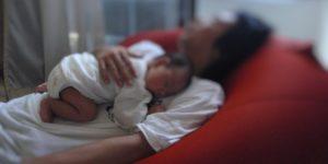 0歳児の赤ちゃんを寝かせるパパ