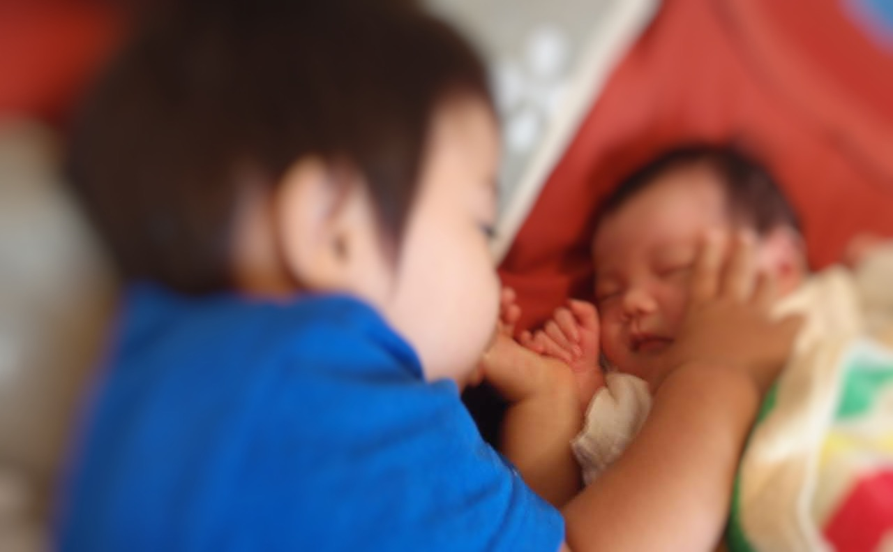 赤ちゃん部屋を適温にして新生児を寝かせている様子