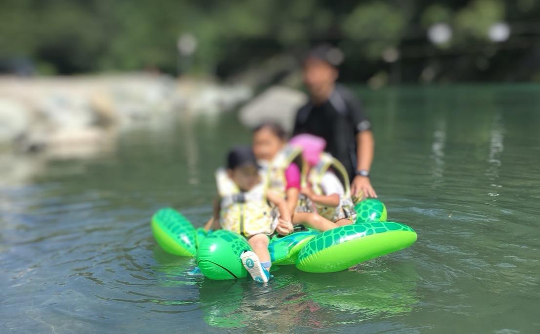 青野原オートキャンプ場で川遊びをする子どもたち