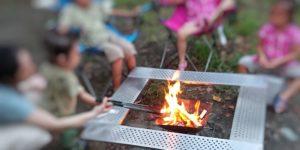 コールマンのファイアープレイステーブルで焚き火を楽しむ子どもたち