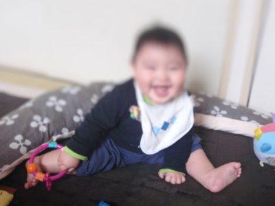 0歳の赤ちゃんがプレゼントされたおもちゃで遊ぶところ