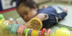 0歳児が知育玩具で遊んでいるところ