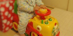 1歳の誕生日プレゼントに買った乗り物おもちゃ