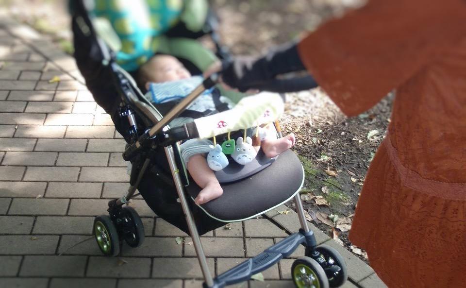 AB型ベビーカーに乗っている赤ちゃん