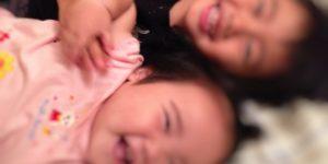 こちょこちょで笑う子どもと赤ちゃん