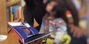 五味太郎のまどからおくりものを読んでいる2歳
