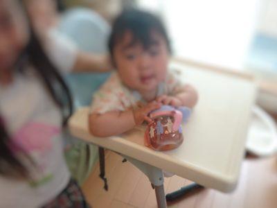 赤ちゃんがブーッとお茶を出しているところ