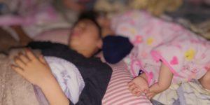 夜中起きてしまう子供が寝相悪く蹴られているところ