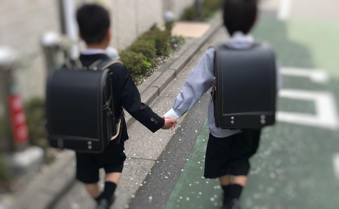 小学生が手を繋いで通学しているところ
