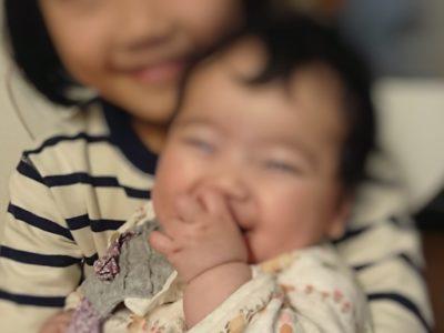5ヶ月赤ちゃんがお姉ちゃんに抱っこされているところ