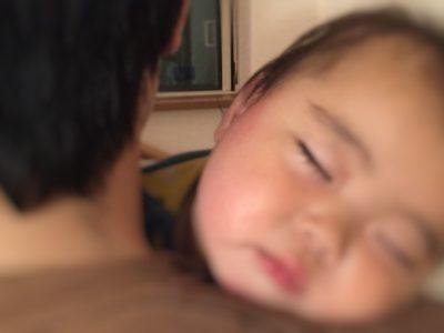 赤ちゃんがポイズンで寝かしつけられている