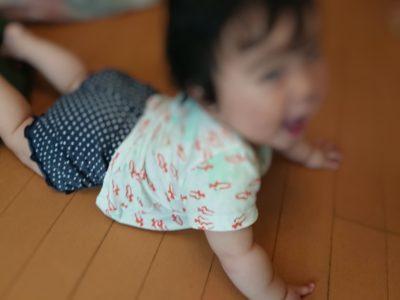 9ヶ月検診を受けにいく赤ちゃん