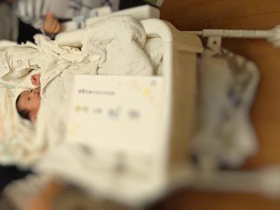 ハイローチェアで寝ている新生児