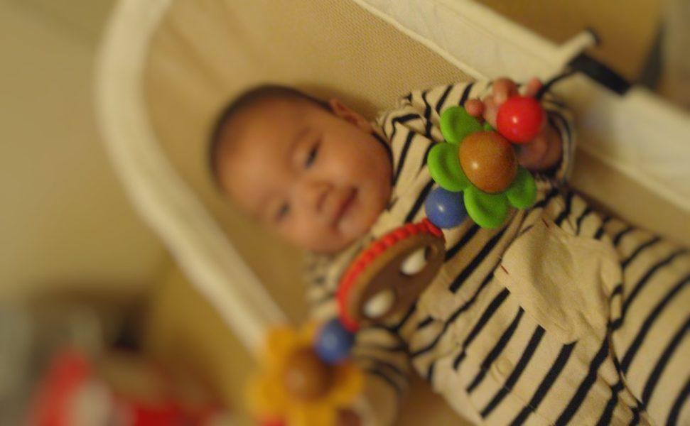 バウンサーに座っている3ヶ月赤ちゃん