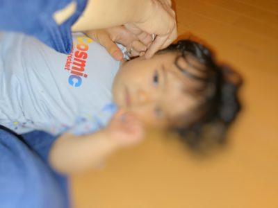 耳掃除をしている赤ちゃん