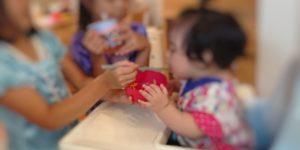 鉄分を意識した離乳食を食べる赤ちゃん