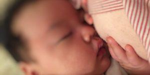 2ヶ月の赤ちゃんが外出後に風邪をひいて寝ているところ