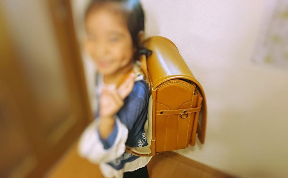 土屋鞄ランドセルを背負っている娘