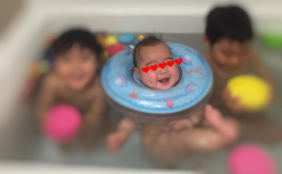 スイマーバを使っている乳児