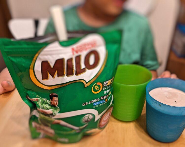 ミロは体に悪いのか検証する子ども